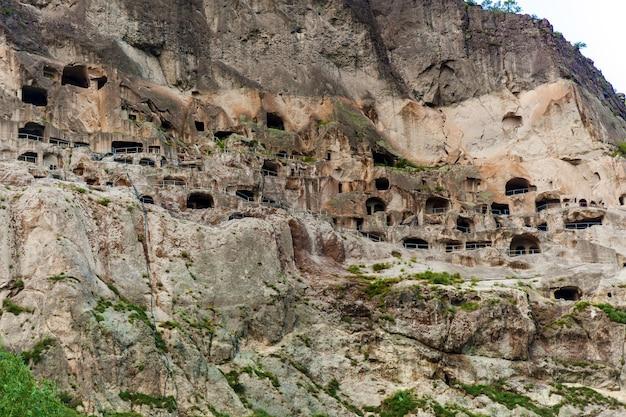 ケーブシティ-修道院ヴァルジア。ヴァルジアは左岸のエルシェティ山脈にあります