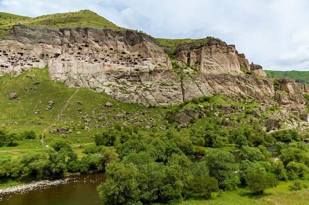 동굴 도시 수도원 vardzia vardzia는 왼쪽 은행의 erusheti 산맥에 있습니다.