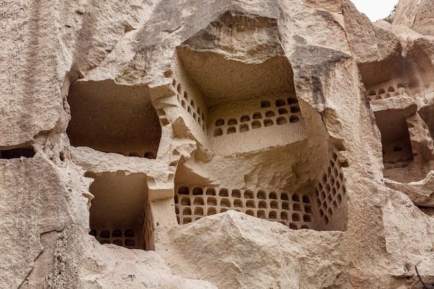 Пещера в скалах в долине каппадокии. крупный план. туризм и путешествия.