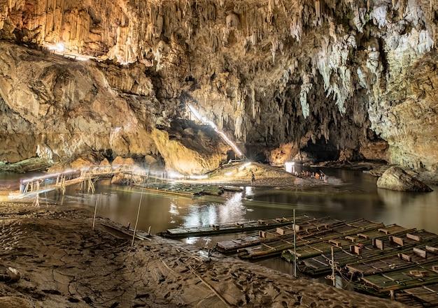洞窟鍾乳石と石筍の観光客といかだで川