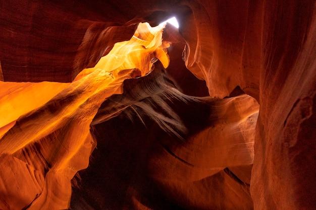 Пещера красного, оранжевого и фиолетового цветов в верхнем каньоне антилопы в городке пейдж, штат аризона. соединенные штаты