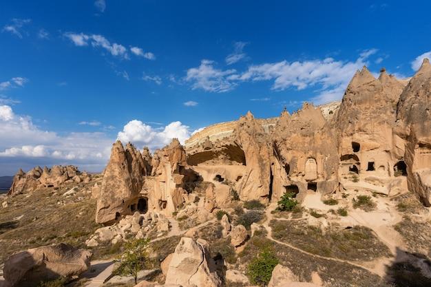 トルコのカッパドキア、ゼルベ渓谷の洞窟の町。