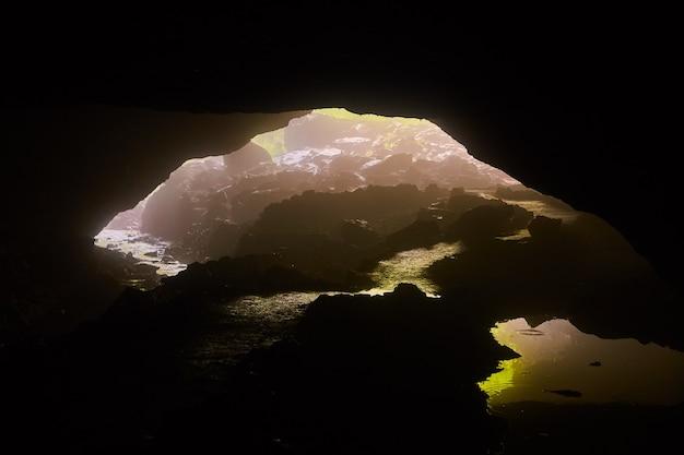 Пещерный туннель с проходом через ручей