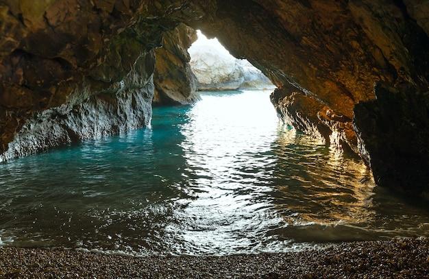 Myrtos 해변, 그리스, kefalonia 근처 바닷물과 동굴.
