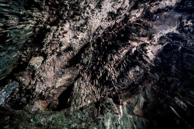 鍾乳石と鍾乳石を持つ洞窟