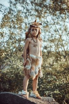 Пещерный человек, мужественный мальчик на открытом воздухе. древний доисторический воин.