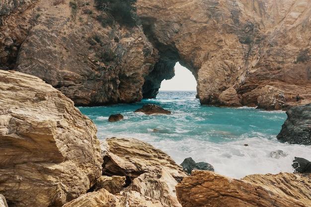 Пещеры и море в районе алании, турция