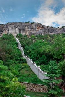 Пещеры в скалах. дом в скалах. загон для животных в скалах. древнее строение. жизнь в горах. жизнь в скалах.