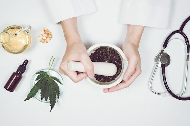 Лечение маслом cbd thc в лаборатории доктора. натуральная медицина на клинических исследованиях.