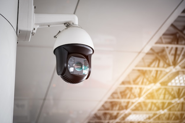 지붕에 매달려 cctv 카메라