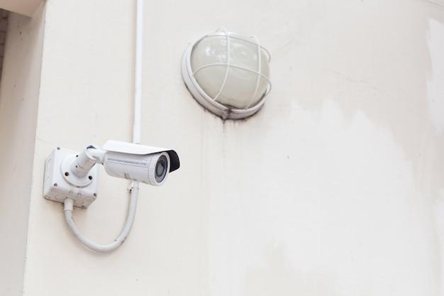天井と壁に取り付けられたcctvカメラ。