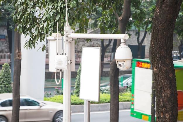 Камера видеонаблюдения на улице общественного пользования рядом с дорогой
