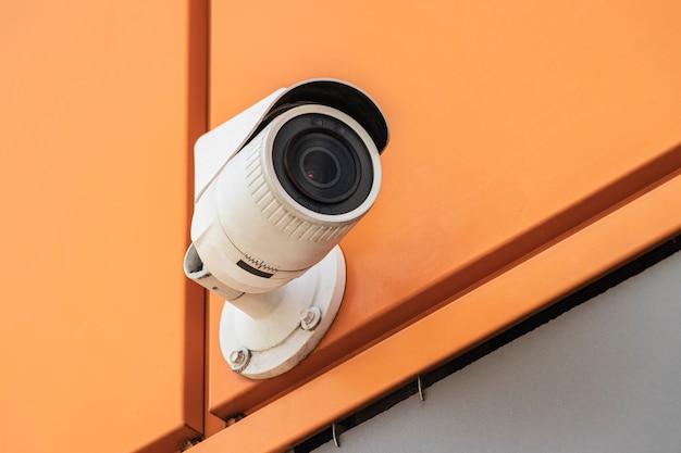 Камера видеонаблюдения на фасаде дома. камера для охраны и охраны общественного порядка.