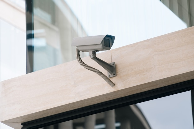 壁のクローズアップのcctvカメラ