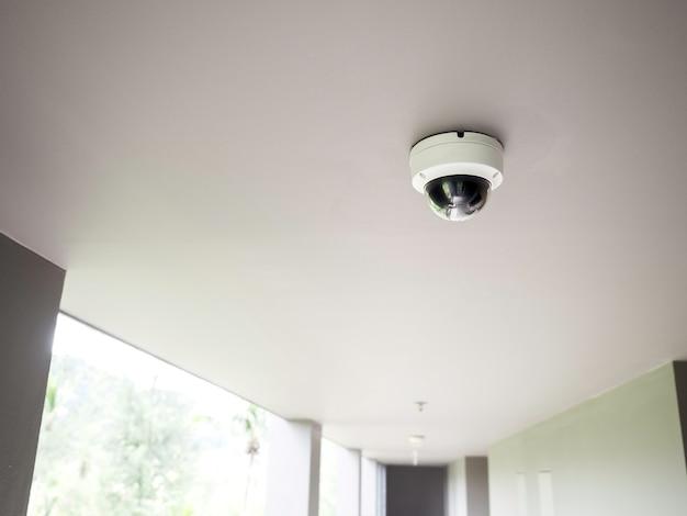 보도에서 흰색 천장에 cctv 카메라