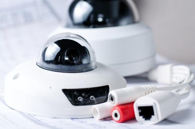 Cctv камера охранная система. видеонаблюдение на столе. хорошо для службы безопасности сайта инжиниринговых компаний или рекламы