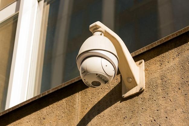 壁に取り付けられたcctvカメラ