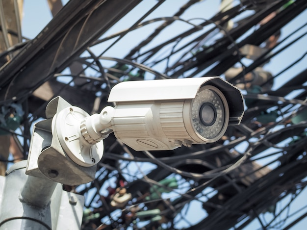 公共の保護のための高いポール上のcctvセキュリティカメラ。市内の監視cctv。