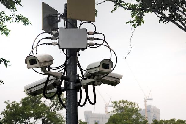 Видеонаблюдение на столбе для обеспечения безопасности парков