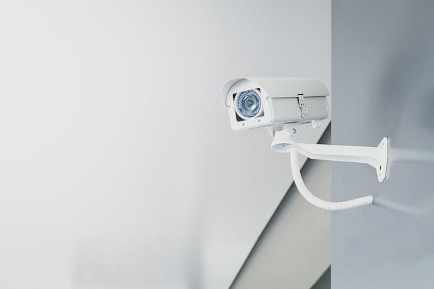 Камера видеонаблюдения на стене в домашнем офисе для наблюдения за домашней охраной. Premium Фотографии