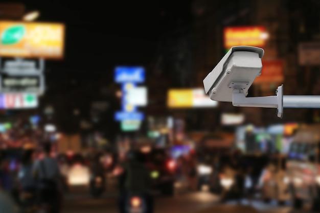 Система видеонаблюдения на размытой дороге на ночном фоне и имеет место для копирования в вашей работе.