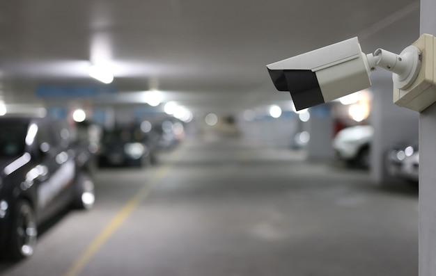 주차장 배경에 있는 cctv 도구, 보안 시스템 장비, 디자인을 위한 복사 공간이 있습니다.
