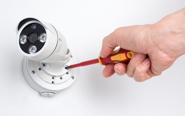 Cctvカメラビデオセキュリティをインストールする技術者