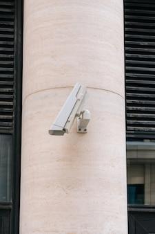 Cctvカメラがダウンしています。壊れたカメラのようなもの。建物を保護するための新しい屋外カメラの設置