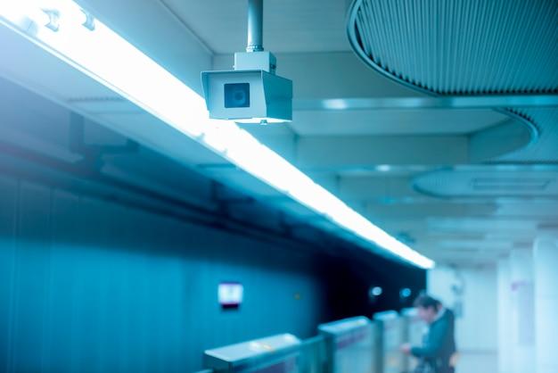 地下鉄のプラットフォームでcctvカメラの背景