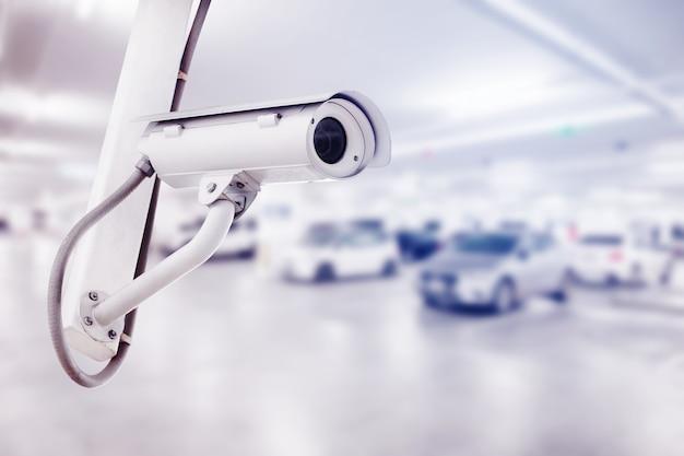 駐車場の背景とcctvのセキュリティカメラ