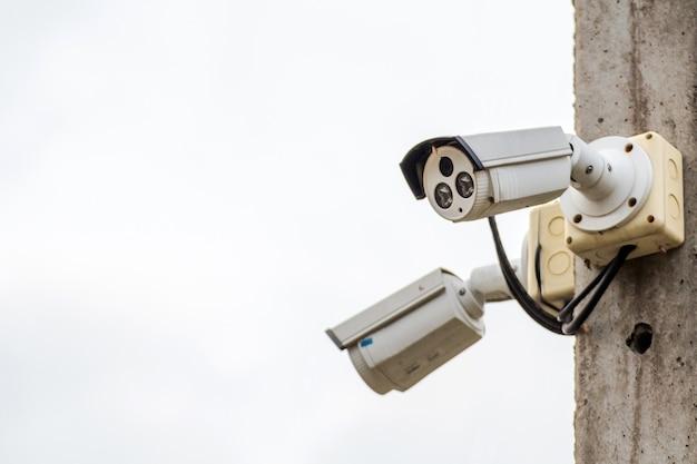 Камера cctv на электрическом полюсе следит за важными событиями