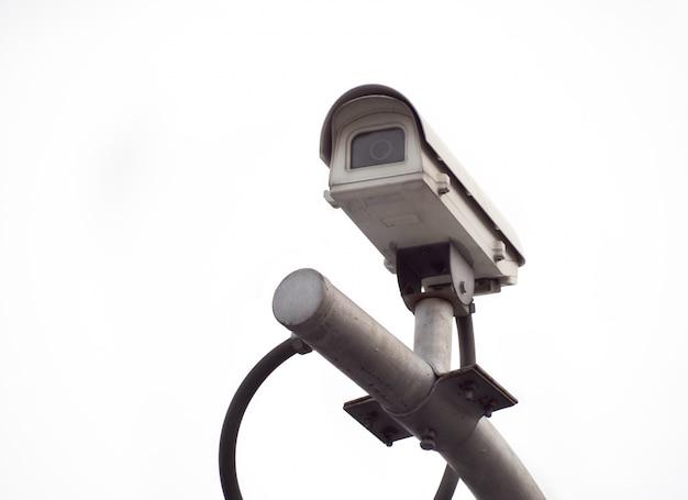 高い棒に古いcctvセキュリティカメラ