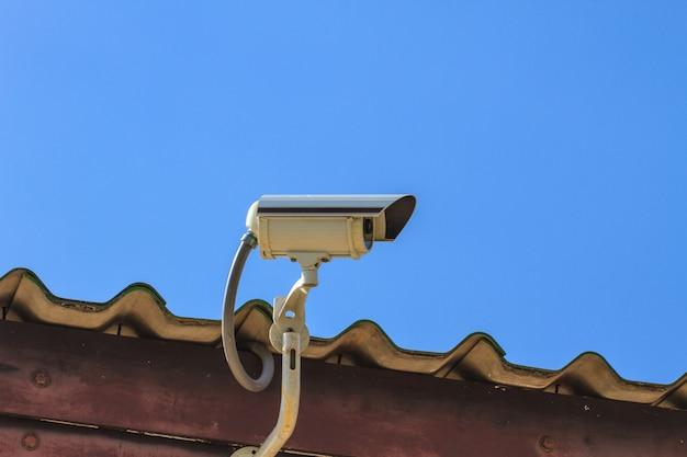 Cctv防犯カメラ、空の背景に回路テレビを閉じた