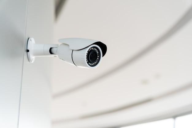 オフィスビル内のセキュリティ白cctv(閉回路テレビ)カメラ