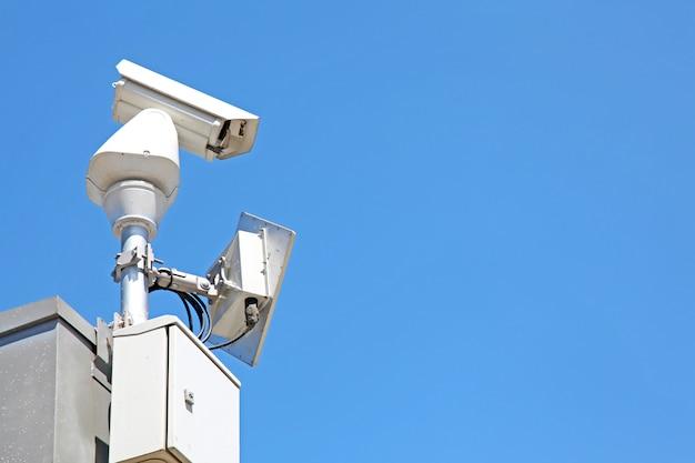 孤立した監視セキュリティカメラまたは青い空にcctv