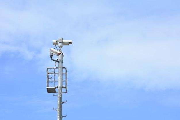 青い空を背景に分離されたセキュリティcctvカメラ