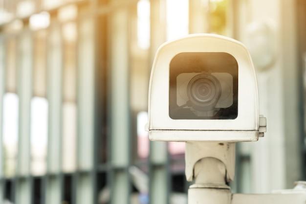 Крупным планом закрытая камера или замкнутое телевидение (cctv) записывают важные события.