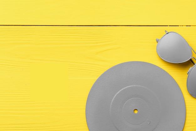 黄色の背景上面図に灰色で描かれたcdディスク