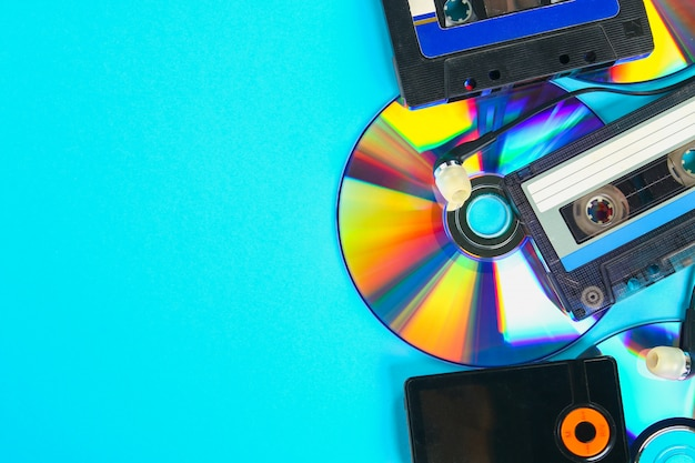 音楽の進化の概念。カセット、cdディスク、mp3プレーヤー。ヴィンテージと近代