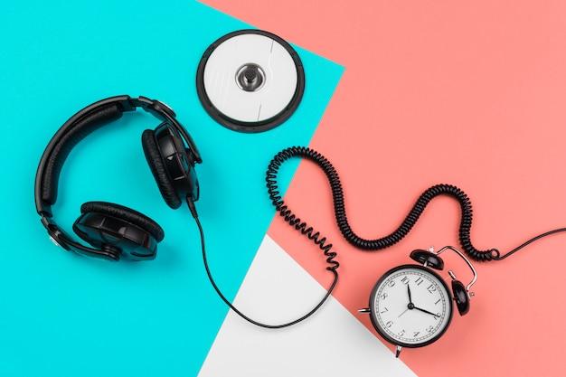 コード、cd、目覚まし時計付きヘッドフォン