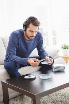 若い男は、cdを聞いて
