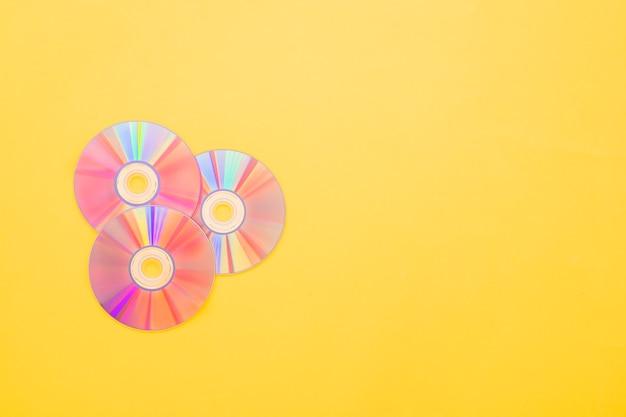 Cd на желтом фоне