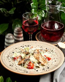 Салат цезарь с курицей гриль, помидорами, салатом пармезан и стаканом компота
