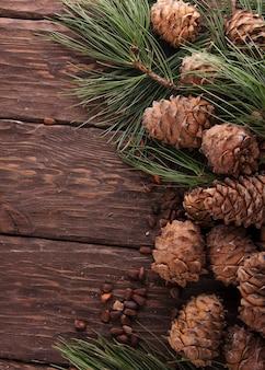 Кедровые шишки на деревянном фоне