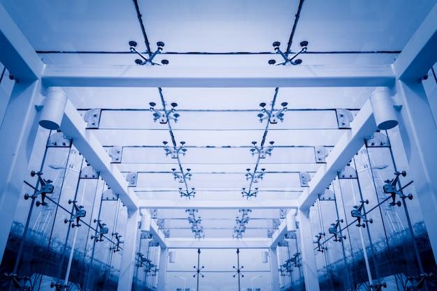 Потолок и стеклянная стена