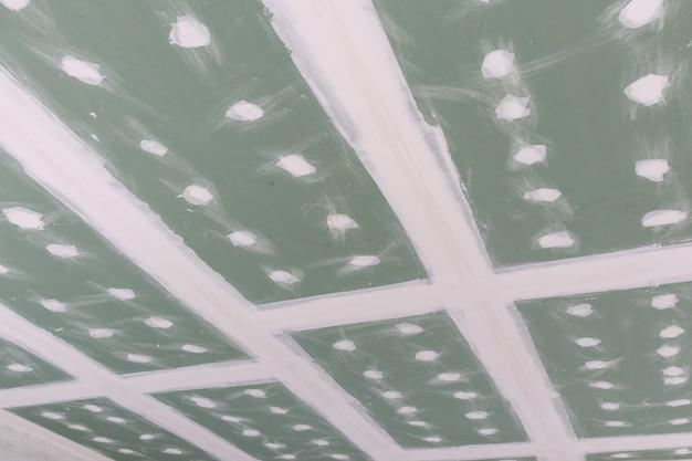 建設現場での天井の石膏ボードの取り付け