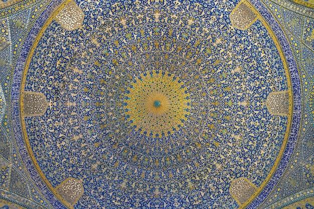 イランの都市イスファハンにあるジャメアッバシモスクの天井。