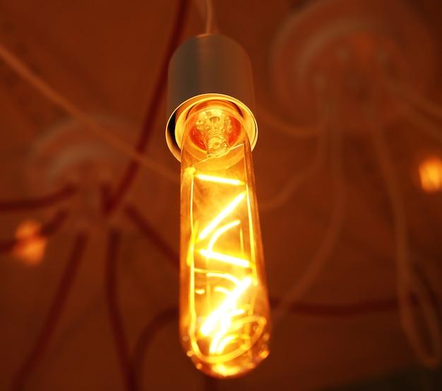 저장소에 어두운 배경에 천장 램프