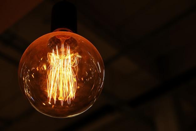어둠에 천장 램프
