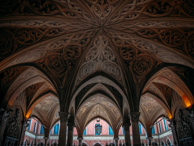 Ceiling with patterns and pillars